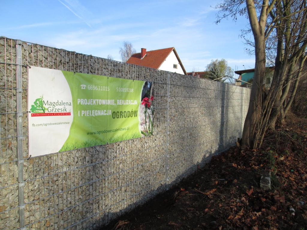 reklama-na-ogrodzeniu-gabionowym